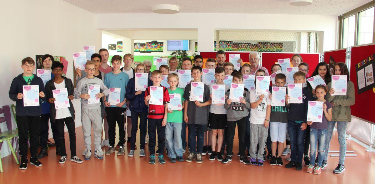 Die Teilnehmer des Schullaufs 2016 mit ihren Urkunden
